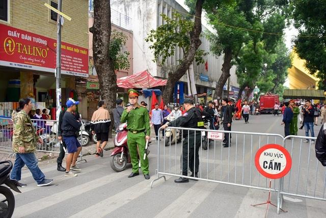Mặt đường Trinh Hoài Đức trước cửa sân vận động Hàng Đẫy được chặn lại nhằm không cho xe máy di chuyển vào, đảm bảo an ninh cho những cổ động viên tới sân cổ vũ cho đội tuyển nước nhà.