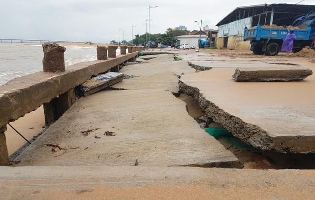 Sóng biển tiếp tục đánh sập cảng cá phường 6, TP. Tuy Hòa