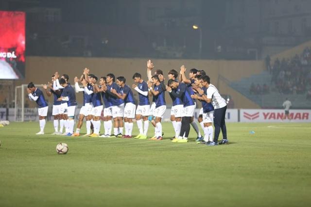 Các cầu thủ Campuchia thể hiện quyết tâm trước trận đấu