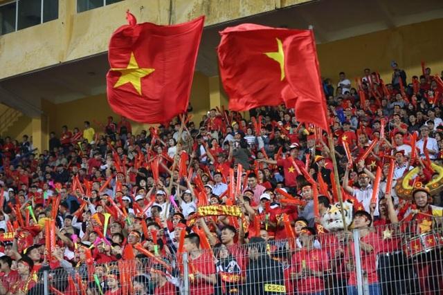 Cổ động viên Việt Nam đã sẵn sàng cho ngày hội trên sân Hàng Đẫy - Ảnh: An An