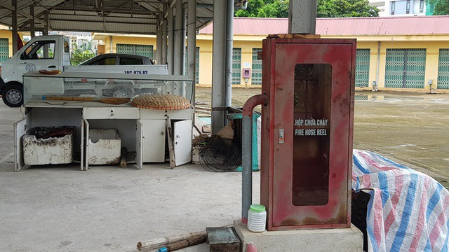 Không có người sử dụng và bị bỏ hoang gần 3 năm khiến khu chợ khang trang, rộng rãi bắt đầu xuống cấp.