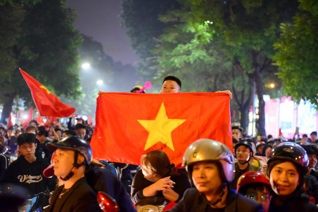 Hàng nghìn cổ động viên đổ về hồ Gươm ăn mừng chiến thắng trước Campuchia - 7