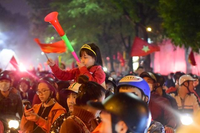Hàng nghìn cổ động viên đổ về hồ Gươm ăn mừng chiến thắng trước Campuchia - 11