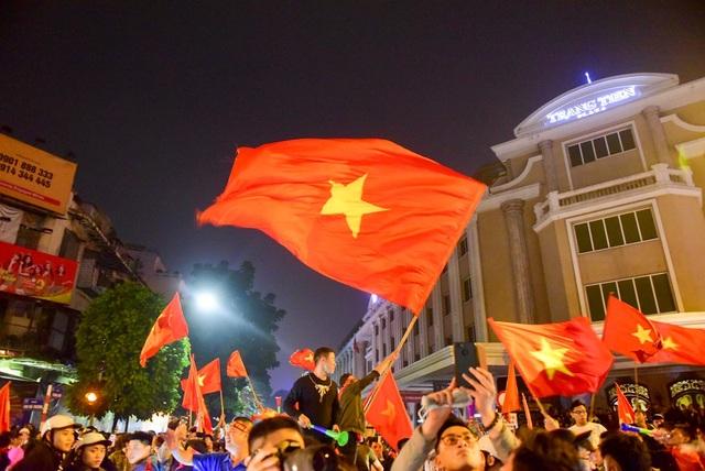 Hàng nghìn cổ động viên đổ về hồ Gươm ăn mừng chiến thắng trước Campuchia - 3
