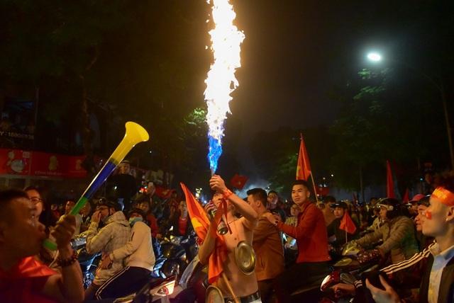 Một cổ động viên tạo lửa để ăn mừng chiến thắng.