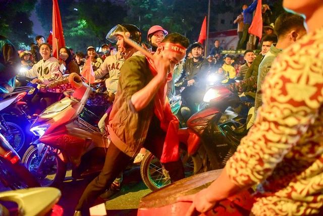 Trống được cổ động viên dánh vang cùng những câu hô vang tên cầu thủ đã ghi bàn, Quang Hải, Hồng Duy...