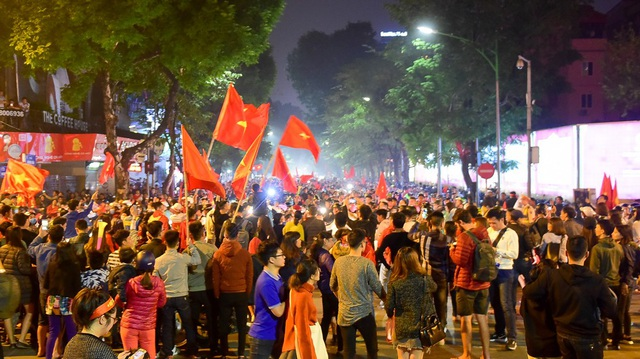 Sau chiến thắng 3-0 trước đội tuyển Campuchia ở sân Hàng Đẫy, nhiều cổ động viên đã đổ ra nhiều tuyến đường tụ tập về Hồ Gươm để ăn mừng chiến thắng. Trên tay mỗi người một lá cờ kèn vuvuzela hô vang Việt Nam vô địch.