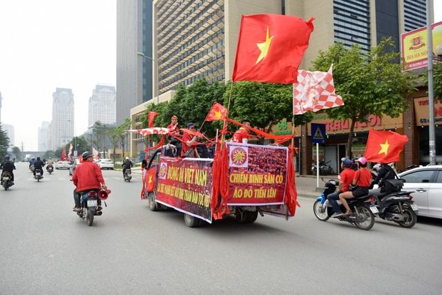 Hàng trăm cổ động viên diễu hành trước trận Việt Nam gặp Campuchia - 15