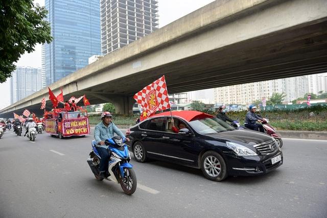 Trong đoàn có nhiều xe ô tô cá nhân tham gia diễu hành.