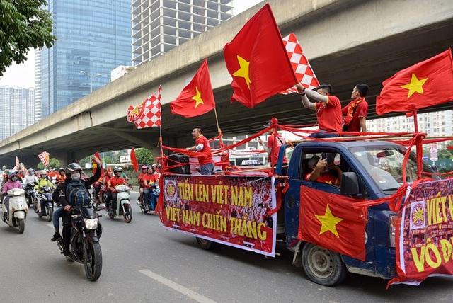 Cả đoàn diễu hành hô vang Việt Nam vô địch !