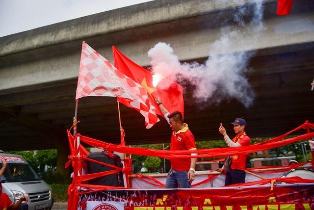 Hàng trăm cổ động viên diễu hành trước trận Việt Nam gặp Campuchia - 12