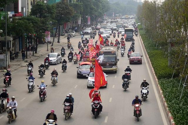 Từ 14h chiều ngày 24/11, hàng trăm cổ động viên đã diễu hành qua các con phố. Các thành viên mặc áo đỏ sao vàng mang theo lá cờ và dán các khẩu hiệu trên xe.