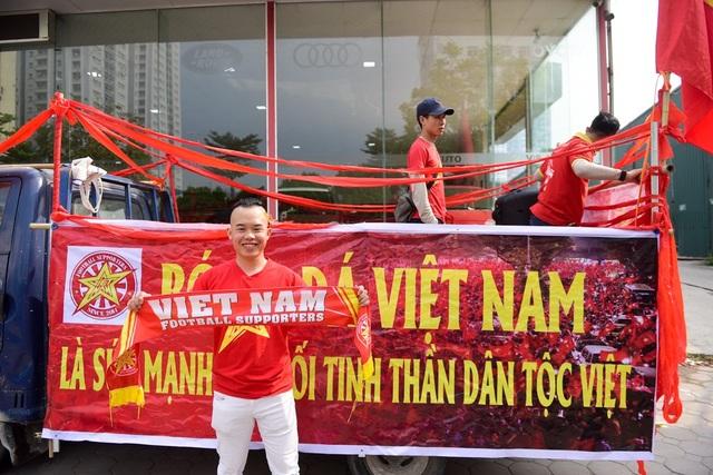 Anh Đặng HIệp Hòa đến từ Quảng Nam cho biết: trận đấu nào của đội tuyển Việt Nam tôi cũng cố gắng tham gia cổ vũ, lần đối đầu với đội Campuchia lần này tôi dự đoán tỷ số 2-0 nghiêng về đội tuyển Việt Nam.