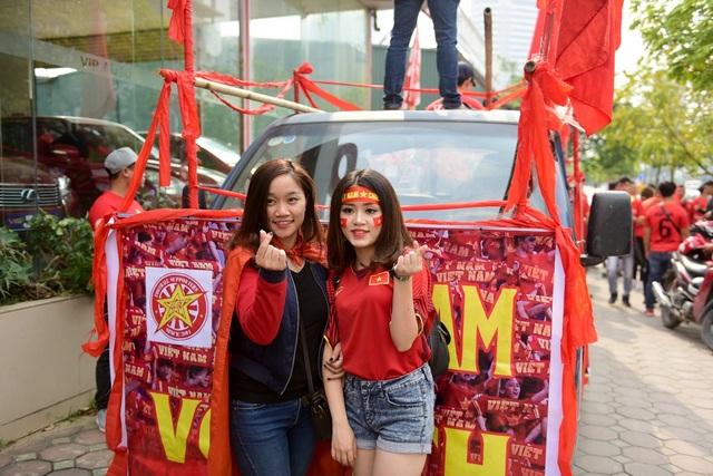 Những bóng hồng xinh đẹp cùng tiếp lửa cho đội tuyển Việt Nam.