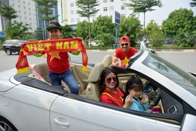 Gia đình anh Quang (Hoàn Kiếm, Hà Nội) cho biết: để tiếp lửa cho đội tuyển Việt Nam trước đội tuyển Campuchia, tôi cùng gia đình di diễu hành trên những tuyến đường chính. Tôi dự đoán trận đấu hôm nay đội nhà sẽ thắng với tỉ số 3-0.