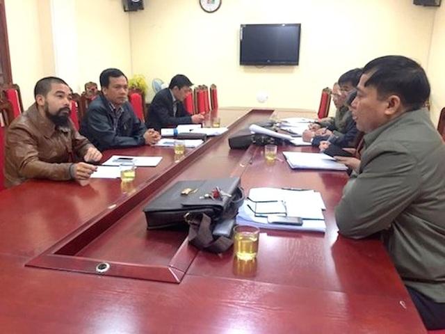 Ông Nguyễn Đức Toàn (ngoài cùng bìa phải) trong một lần làm việc với PV Dân trí.