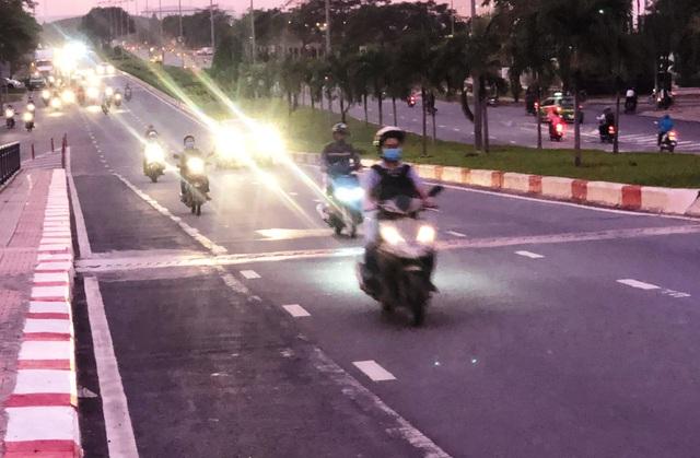 """Vì sao người đi xe máy """"sợ"""" làn 2 bánh trên cầu vượt D1-Lê Văn Việt? - 1"""