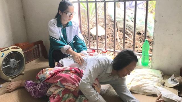 Chị Hòa luôn vật vã trong đau đớn bệnh tật.