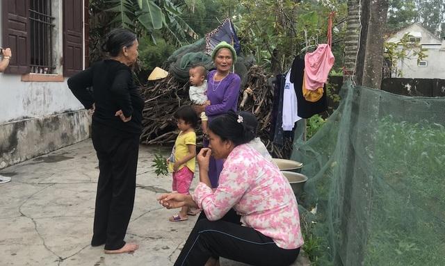 Bà con lối xóm đến chia sẻ với với mẹ con Hòa.