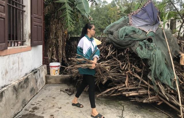 Ngoài chăm mẹ, đi học, Bình còn lo tất cả các việc trong nhà một mình em lo hết.