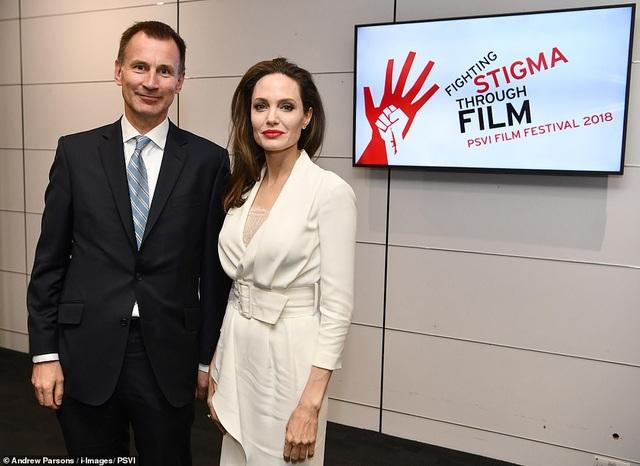 Nữ diễn viên cũng mở một quỹ phát triển cộng đồng, bây giờ được gọi là Quỹ Maddox Jolie-Pitt tại Campuchia năm 2003