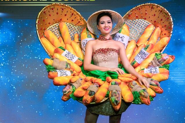 Kết quả, trang phục Bánh mì đã được chọn, so với bản thiết kế từng được HHen Niê mặc trước đó, trang phục này được thay đổi với váy cup ngực. Người đẹp khoe trọn vai trần quyến rũ vóc dáng gợi cảm.