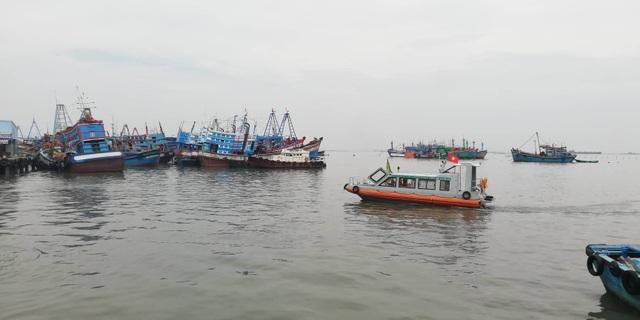 Lực lượng tuần tra đến từng thuyền kiểm tra, yêu cầu rời khỏi thuyền để vào bờ tránh bão