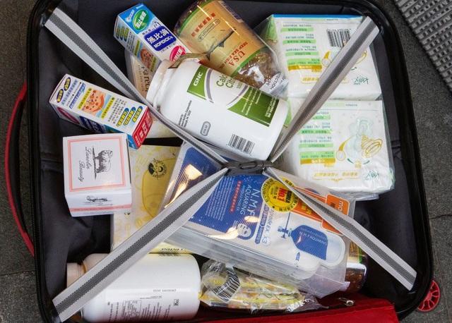 Người Hong Kong phàn nàn rằng người đại lục làm xáo trộn cuộc sống của họ từ việc mua toàn bộ thuốc men, sữa bột trẻ em, thậm chí băng vệ sinh tại các cửa hiệu (Ảnh: New York Times)