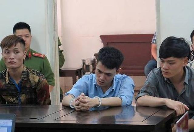 Trần Đức Quân (giữa) và các bị cáo tại phiên tòa.