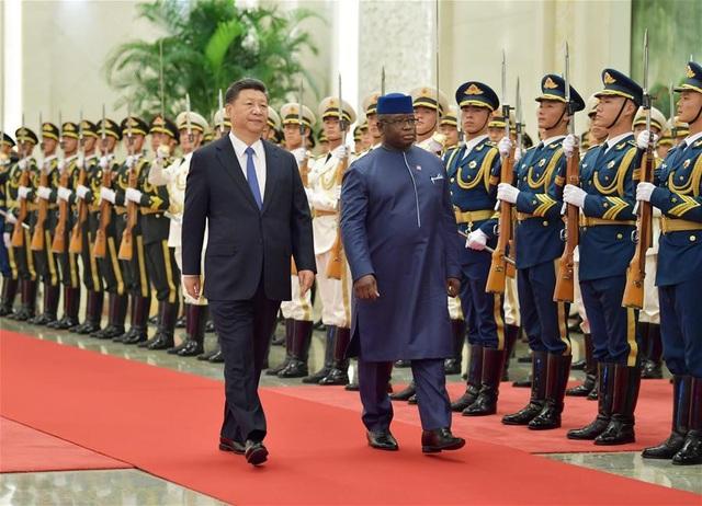 Chủ tịch Tập Cận Bình đón Tổng thống Julius Maada Bio tại Bắc Kinh hồi tháng 8. (Ảnh: Tân Hoa Xã)