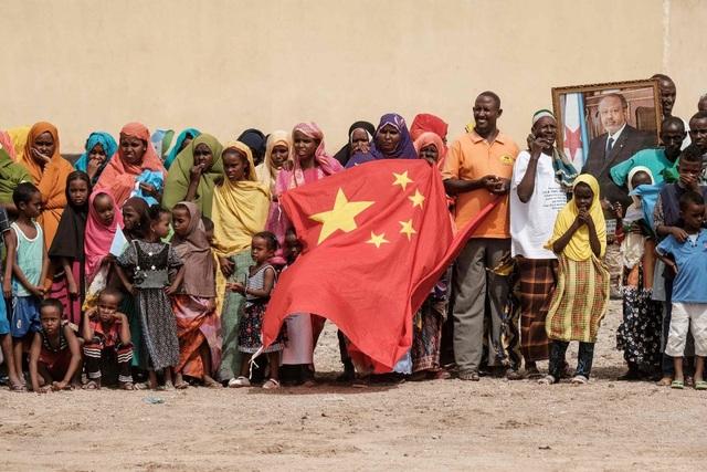 Người dân Djibouti cầm cờ Trung Quốc tại lễ khai trương dự án nhà ở hồi tháng 7 (Ảnh: Getty)