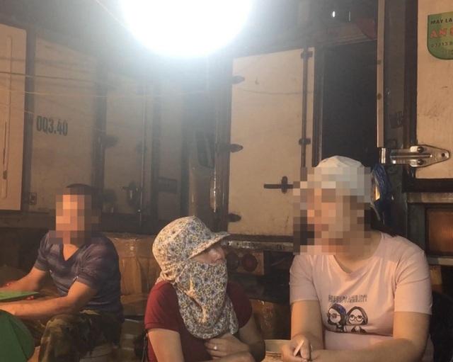 Nhà báo Liên Liên hóa trang thành tiểu thương để tìm hiểu thông tin về nạn bảo kê chợ Long Biên