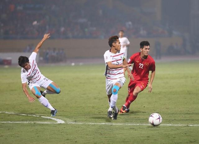 Hàng thủ Campuchia chơi khá vất vả khi bị ép sân