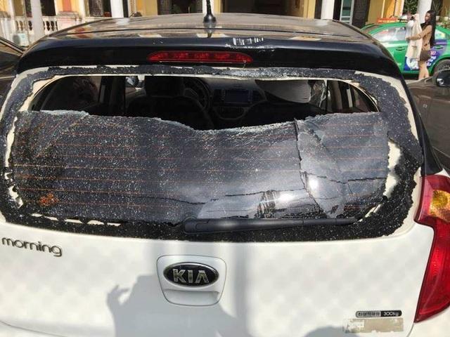 Kính sau xe bị đập vỡ nát.