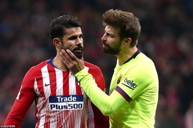 Diego Costa và Pique luôn tục chạm mặt nhau trên sân