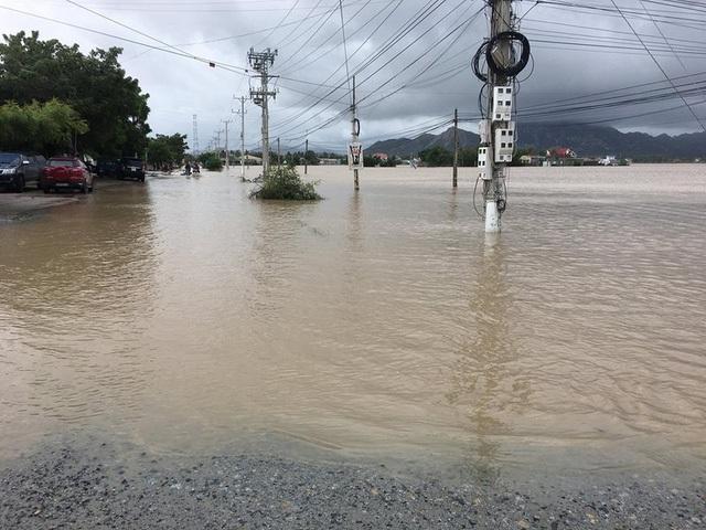 Tuyến đường Văn Lâm- Sơn Hải bị tê liệt, phương tiện giao thông qua lại rất khó khăn
