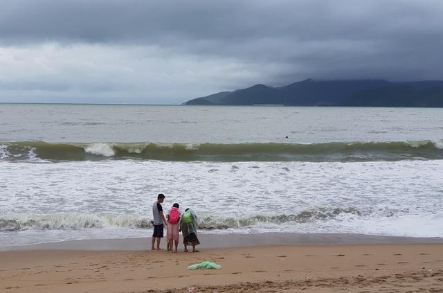 Sóng lớn cuồn cuộn do ảnh hưởng bão số 9, du khách vẫn vô tư đi tắm biển - 1