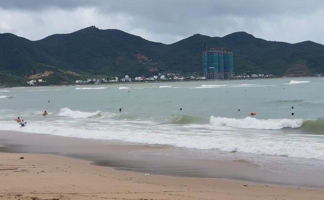 Sóng lớn cuồn cuộn do ảnh hưởng bão số 9, du khách vẫn vô tư đi tắm biển - 3