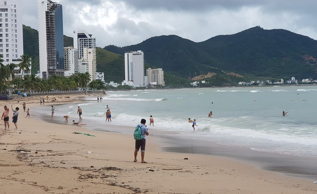 Sóng lớn cuồn cuộn do ảnh hưởng bão số 9, du khách vẫn vô tư đi tắm biển - 4