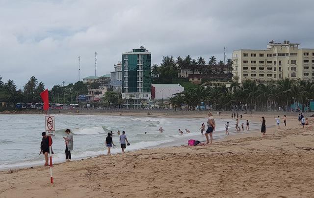 Sóng lớn cuồn cuộn do ảnh hưởng bão số 9, du khách vẫn vô tư đi tắm biển - 5