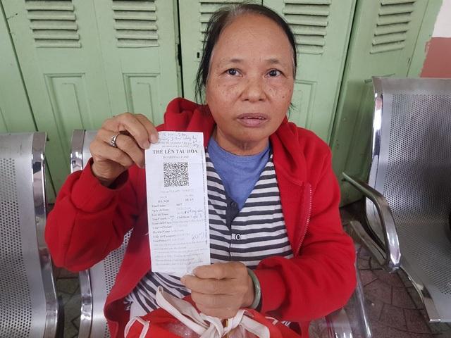 Hành khách Lê Thị Vinh (Hà Nội) ngồi từ 9h sáng đến 14h ngày 25/11 tại ga Nha Trang chờ vào nam do đường sắt bị tê liệt