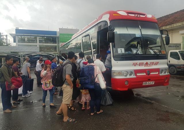 Hành khách bơ phờ chờ vào Nam khi đường sắt tê liệt - 2