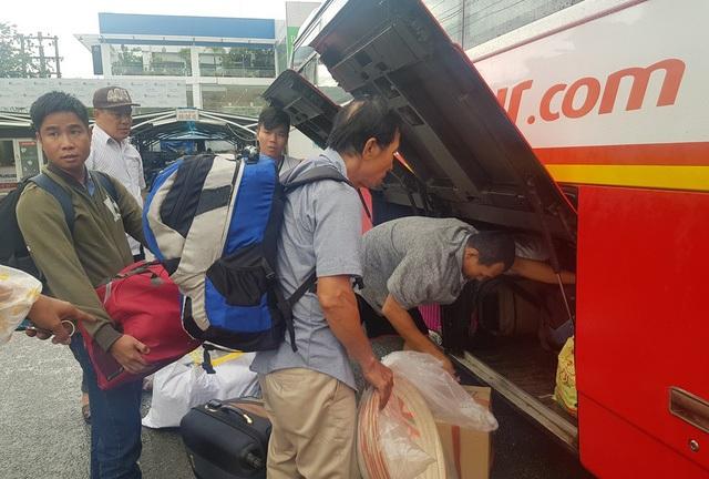 Xe khách trung chuyển hành khách tàu SE7 tại ga Nha Trang đi Tháp Chàm, Ninh Thuận