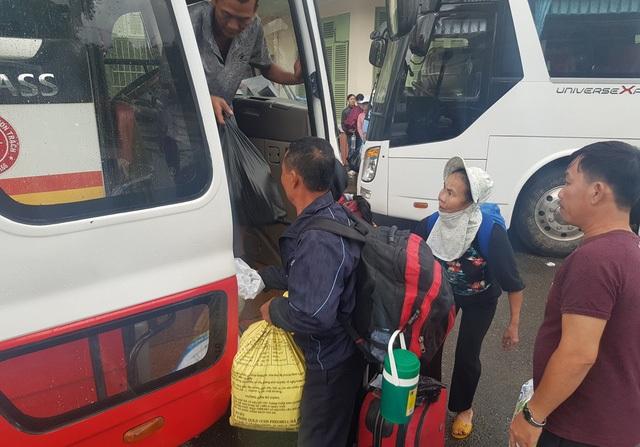 Hành khách bơ phờ chờ vào Nam khi đường sắt tê liệt - 4