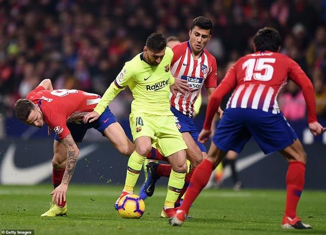 Messi luôn bị các hậu vệ Atletico kèm cặp rất chặt