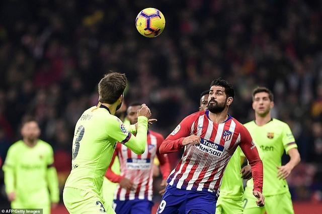 Pique và Diego Costa trong tình huống tranh chấp