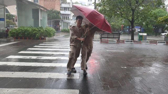 Khu vực trung tâm TPHCM bắt đầu có mưa to, gió lớn