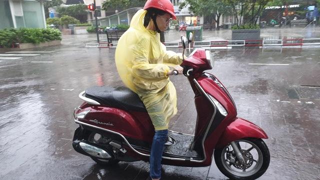 TPHCM và Vũng Tàu mưa to, gió lớn, sóng biển mạnh - 3