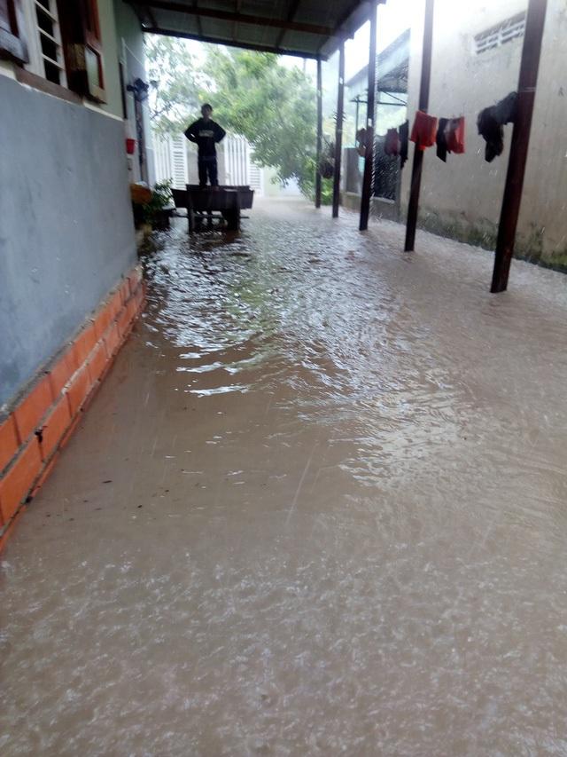 Nước tràn vào nhà dân