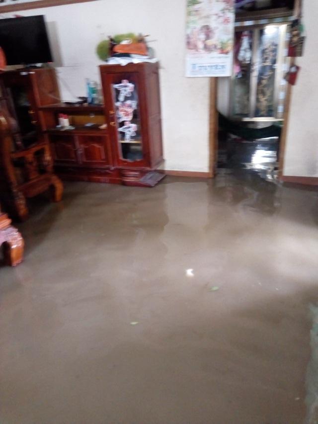Nước tràn vào nhà gây hư hỏng nhiều vật dụng, người dân phải sơ tán đến nơi khác